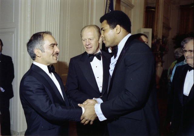 Photograph of King Hussein of Jordan and President Gerald R. Ford Greeting Heavyweight Boxer Muhammad Ali in the Receiving Line at a State Dinner Held in His Majesty's Honor (NAID 7840017)
